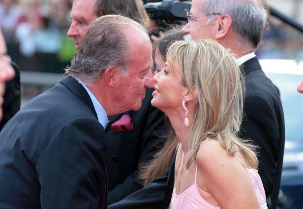Juan Carlos I saluda a Corinna Larsen, en un acto en Barcelona en 2006.