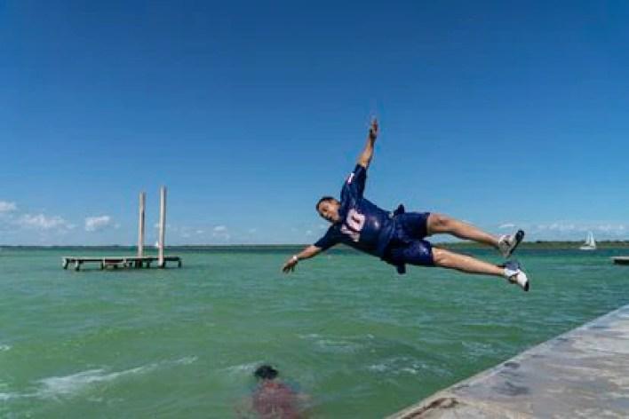 Un turista se avienta al agua en el Balneario Ejidal Mágico en la laguna de Bacalar, el pasado 17 de mayo.