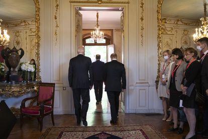 Putin y Biden con el presidente de Suiza, Guy Parmelin, en la Villa la Grange, en Ginebra, este miércoles.