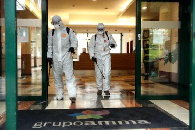 Mitglieder der Military Emergency Unit (UME) desinfizieren im März letzten Jahres ein Pflegeheim in Madrid.