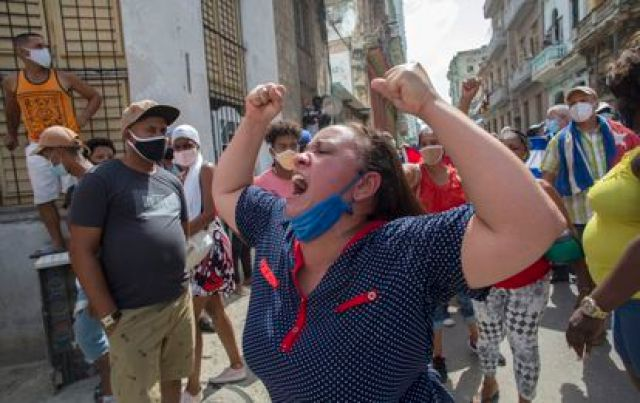 Una mujer grita consignas a favor del Gobierno cubano frente a los manifestantes en La Habana, este domingo.