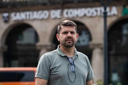Jesús Domínguez frente a la estación de tren de Santiago