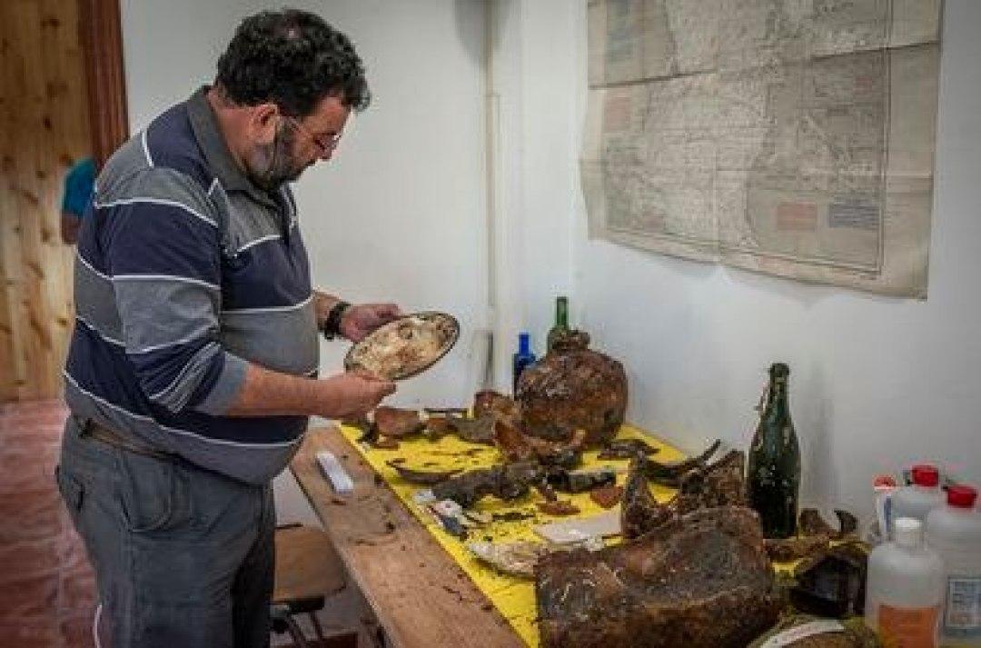 Restos cerámicos y botellas arrojados por los tripulantes del 'San Giacomo' a la entrada de la ría antes de su hundimiento.