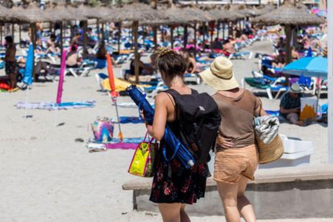GRAF6472.  PEGUERA (MALLORCA), 07/08/2021.- Tourists enjoy the sun on Peguera beach, this Thursday in the Mallorcan municipality of Calvià.  EFE / CATI CLADERA
