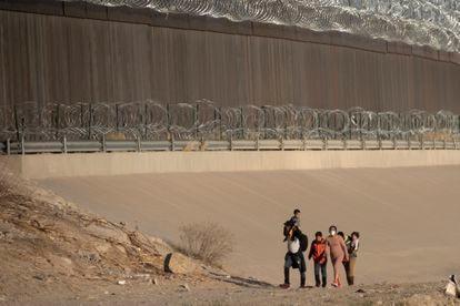 Una grupo de migrantes cruza el Río Bravo para entregarse a la patrulla fronteriza en Ciudad Juárez, Chihuahua, México.