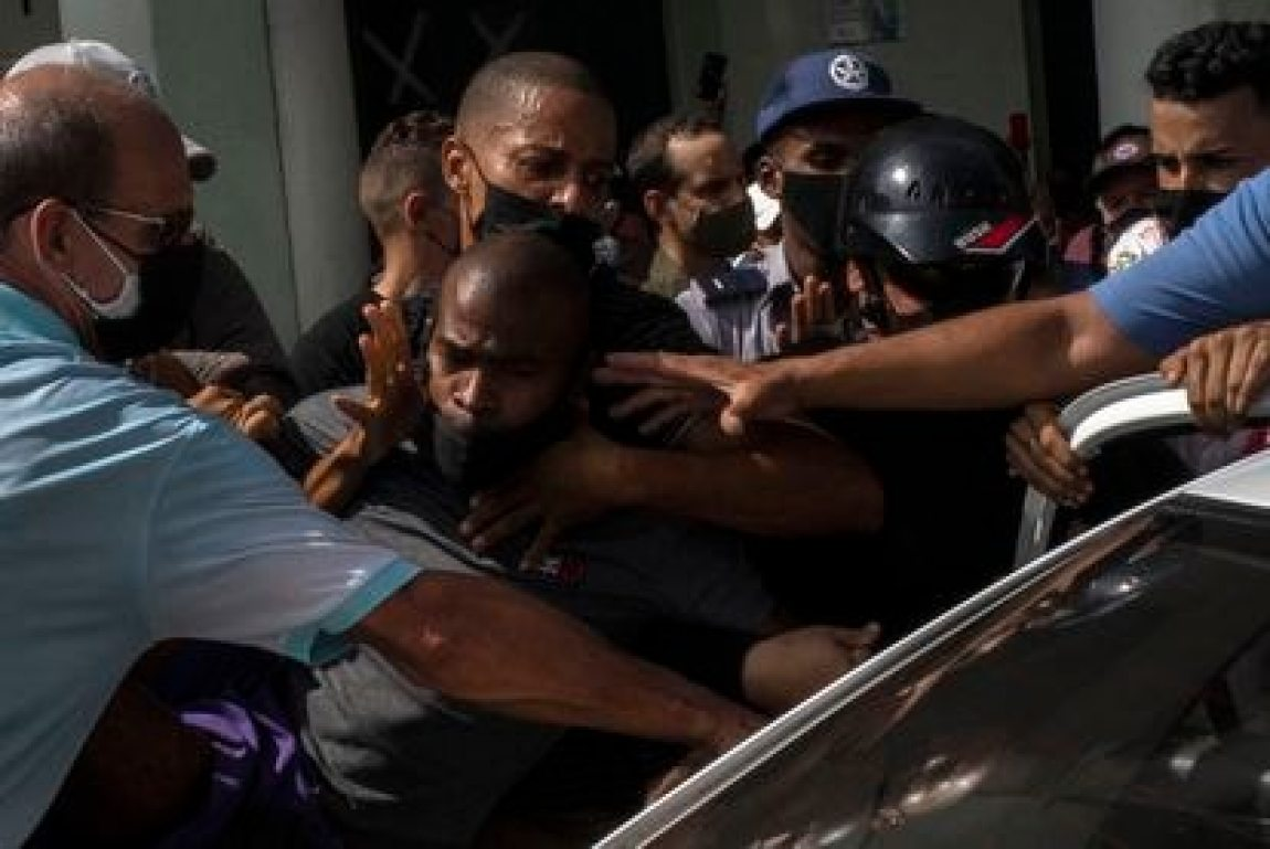 Several police officers detain a protester during the protests against the Cuban government in Havana this Sunday.
