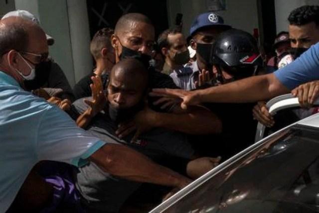 Varios policías detienen a un manifestante durante las protestas contra el Gobierno cubano en La Habana, este domingo.