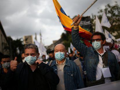 Pablo Catatumbo, Carlos Antonio Lozada y Pastor Alape, excomandantes de las FARC, marchan en Bogotá para reclamar garantías de seguridad, en noviembre de 2020.