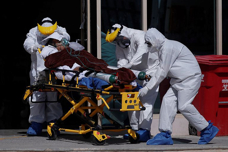Personal médico traslada a un paciente con coronavirus al Hospital General de la ciudad de Saltillo, Coahuila, en febrero.