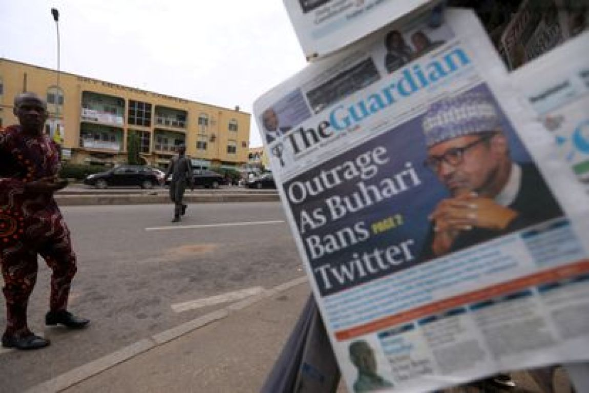 FILE PHOTO: A man looks at newspapers at a newsstand in Abuja, Nigeria June 5, 2021. REUTERS / Afolabi Sotunde / File Photo