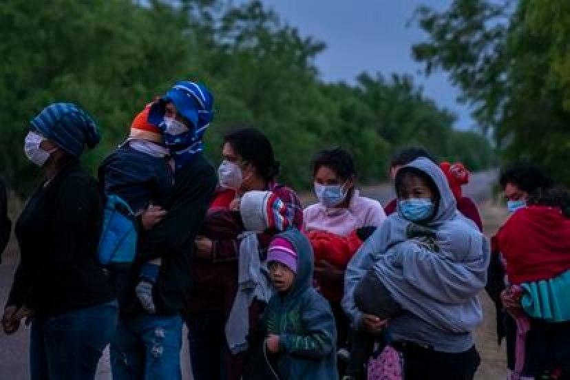 Familias migrantes de Centroamérica se entregan a elementos de la patrulla fronteriza en busca de asilo humanitario.