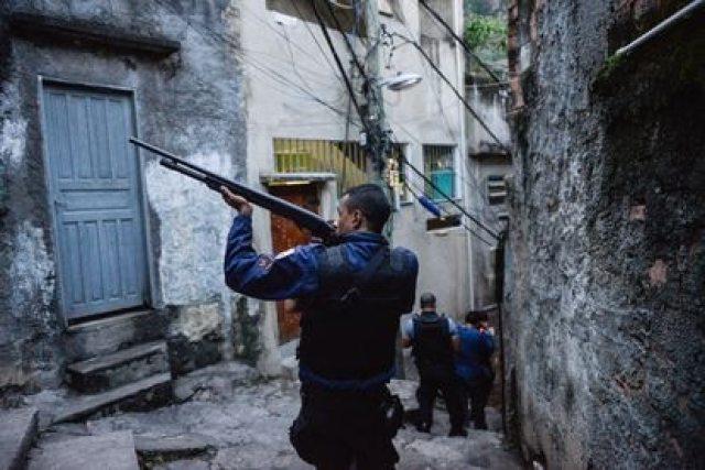 La policía de Río ingresa a una favela en julio de 2011.