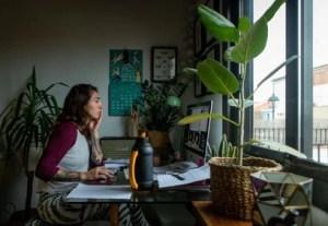Los españoles creen que el teletrabajo beneficia más a las empresas que a los trabajadores, según el CIS   Tecnología   EL PAÍS