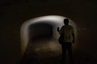 El técnico de Turismo de San Roque, Carlos Jordán, alumbra con su linterna el interior de un pasadizo de unos 500 metros de longitud que cruza toda la sierra Carbonera en La Línea de la Concepción.