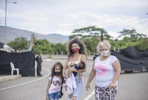 Daykelin Guerra con su hijas y su madre, Alida Suárez, tras registrarse para el estatuto temporal de protección de migrantes venezolanos.