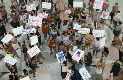 Protesta de universitarias contra el veto al aborto dentro del Capitolio de Austin, Texas, el 1 de septiembre.