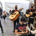 El músico Chava Ilizaliturri, originario de Ciudad de México, es vacunado en el consulado de México en Los Ángeles, EE UU.