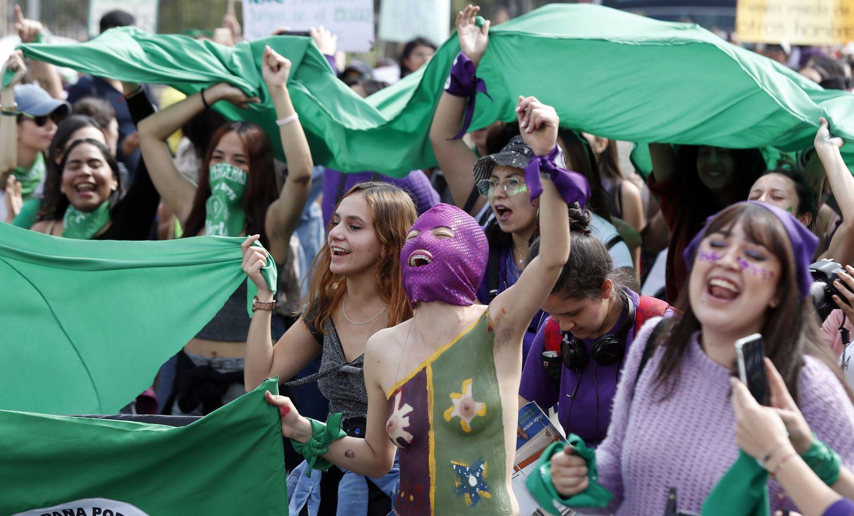 Las mujeres exhiben su fuerza en las calles de América Latina