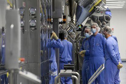 Empleados de la fábrica de vacunas de Pfizer en Puurs (Bélgica), el 23 de abril.