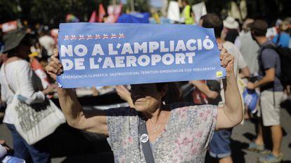 Una manifestante en el centro de Barcelona, este domingo.