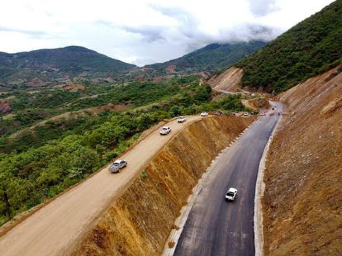 Aerial view of the progress of the construction of the Barranca Larga - Ventanilla Highway in San Vicente Coatlán, Oaxaca.