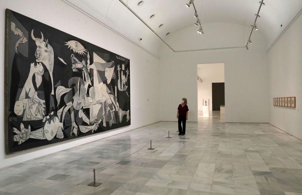 Nicola Wohlfarth, jefa de Gabinete del Museo, supervisa la sala de 'Guernica' este miércoles.