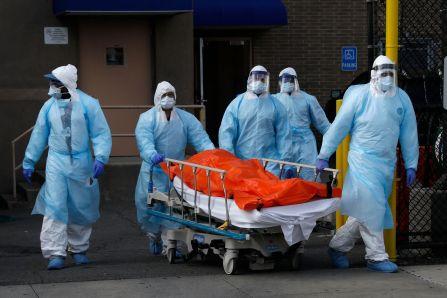 Sanitarios transportan el cadáver de una persona muerta en un hospital de Nueva York por coronavirus.