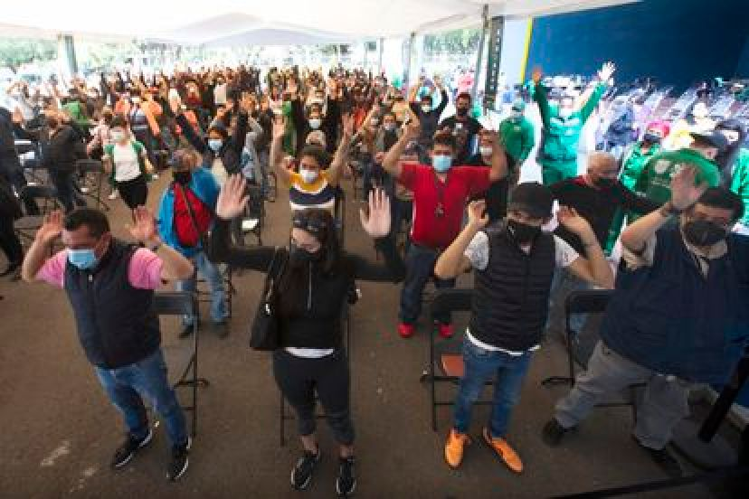 Vacunados de entre 30 y 39 años hacen un ejercicio tras recibir una dosis de AstraZeneca en Ciudad de México, el pasado miércoles.