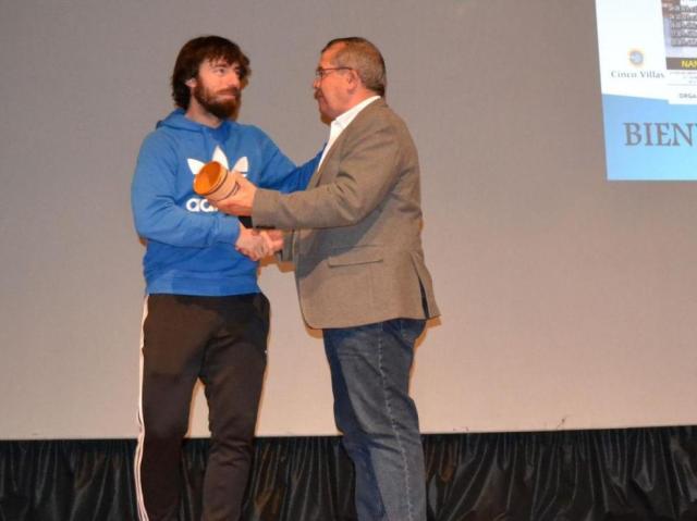 Nano Modrego (izquierda) recibe el galardón en la Gala del Deporte de Tauste