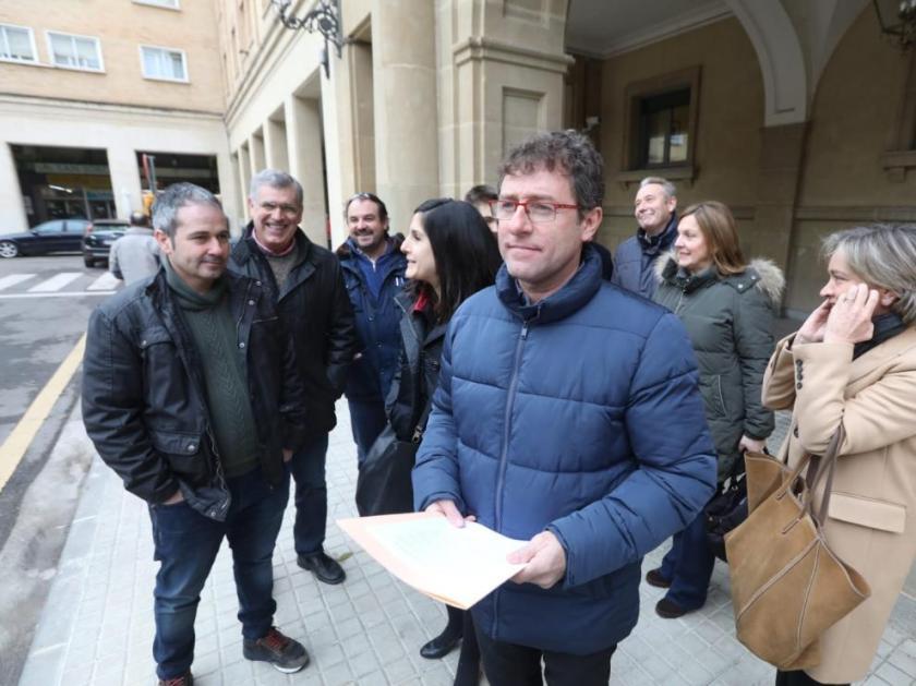 Marco Ibarz, con el manifiesto, junto al resto de representantes municipales, en las puertas de la subdelegación del Gobierno en Huesca.