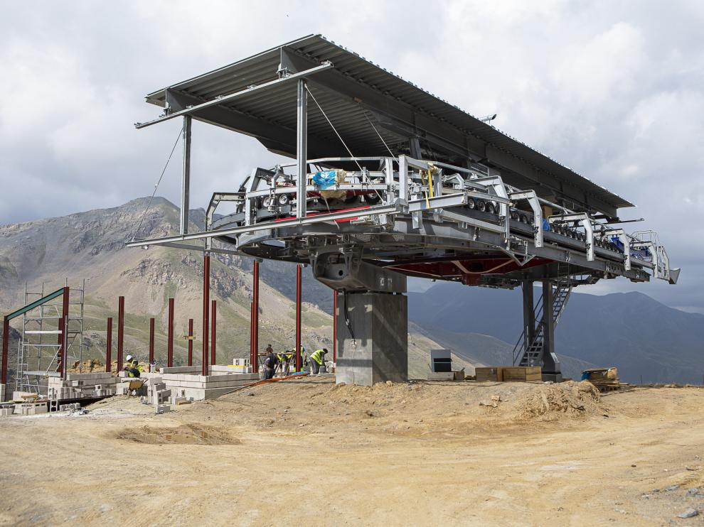 Obras de construcción del nuevo telesilla de Cerler hacia el valle de castanesa.