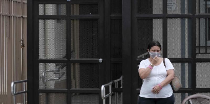 Una mujer espera afuera de un hospital en la ciudad de San José