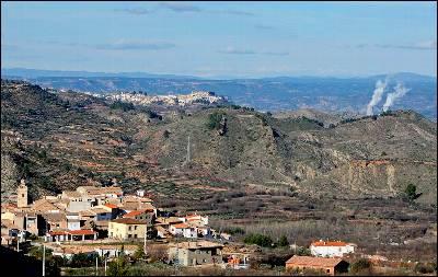 La localidad valenciana de Zarra, Al fondo las chimeneas de la central nuclear de Cofrentes.