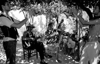 Josephine Foster y Víctor Herrero, junto a dos palmeros.