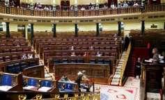 La imagen del hemiciclo del Congreso casi vacío. La intervención de la ministra de Defensa, Carme Chacón, durante el debate presupuestario.