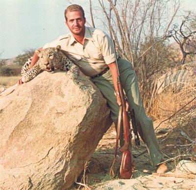 Memorias de áfrica - El entonces príncipe visitó Angola, inmersa en un conflicto armado, a finales de 1960. Posó con uno de sus trofeos para inmortalizar la jornada.
