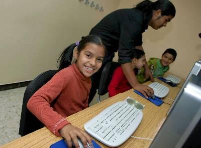 Niños gitanos en un curso de informática. EFE/Archivo