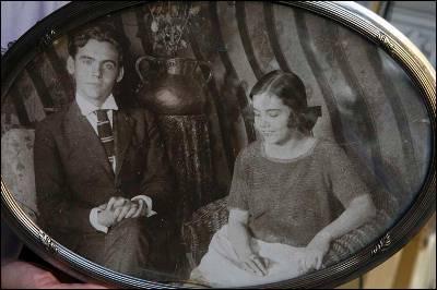 Reproducción de una foto de García Lorca junto a su hermana Concha.