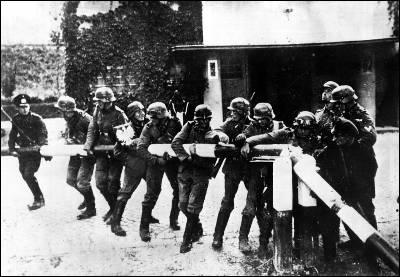 Soldados alemanes derriban la barrera de la frontera con Polonia, el 1 de septiembre de 1939.