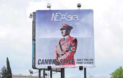 El cartel publicitario con Adolf Hitler.