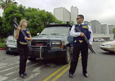 Dos agentes vigilan la entrada del recinto del FBI en Los Ángeles  tras los atentados del 11-S en 2001. - AP