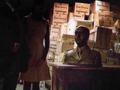 Fotogramas de Tácticas', donde un grupo de invidentes toca un busto de Franco.G. FOURMONT