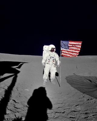 El comandante del Apolo 14', Alan Shepard, planta la bandera de EEUU en la Luna en 1971.