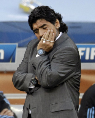 Maradona, pensativo ante Alemania. - AP