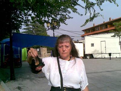 La directora de la Asociación Diamante Verde muestra las orejas.