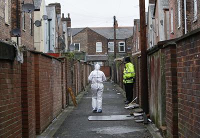 Policía Científica británica inspecciona un barrio de Manchester tras una redada antiterrorista en abril de 2009. - AFP
