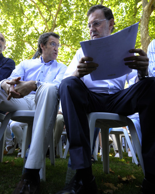 El líder del PPdeG, Alberto Núñez Feijóo, junto a Mariano Rajoy, ayer en Soutomaior (Pontevedra). - Miguel Riopa