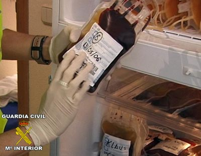 Una de las bolsas de sangre incautadas (Fuente: https://i1.wp.com/imagenes.publico.es/resources/archivos/2011/1/13/1294956026705sangredn.jpg)