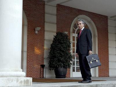 Ramón Jáuregui, ministro de la Presidencia, a su entrada en el Palacio de la Moncloa.efe
