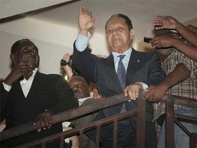 Duvalier saluda desde su hotel. REUTERS